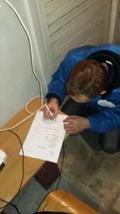 Kamil Sołowiej podpisuje umowę